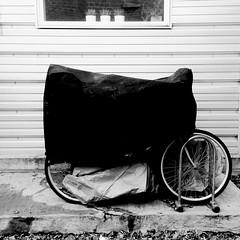 Moi l'hiver, je dors... (woltarise) Tags: bicyclette rangement hiver protection montréal montroyal bâche iphone5