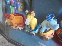 196 (en-ri) Tags: pupazzini vetrina sony sonysti azzurro blu arancione rosso elephant elefante lion leone giallo trenino giraffa peluches giocattolo gioco toy