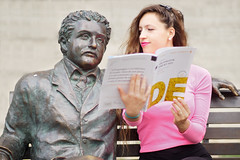 Che ne dici, Albert? (Pierpaolo.) Tags: berna bern svizzera swiss october 2018 ottobre einstein statua panchina bench funny divertente ragazza girl woman donna nice cute bellissima beautiful young giovane hands mani book libro tedesco german capelli hair pink rosa sfuocato bokeh outdoor naturallight lucenaturale sorriso smile lipstick rossetto sonya6000 sony35mmf18
