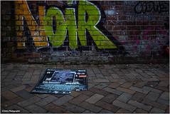 ich seh' schwarz (geka_photo) Tags: gekaphoto kiel schleswigholstein deutschland gaarden bürgersteig noir plakat