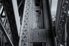 pont ferroviaire abandonné (ludovicthiaudiere) Tags: konicahexanon57mmf12pont bridge pont sonyilce7m3 nouvelleaquitaine chatellerault monochrome noiretblanc balckandwhite