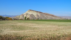 Near Painted Hills (Oregon) (Eclectic Jack) Tags: eastern oregon trip october 2018 rural autumn fall mountains painted hills hill central telephoto blue red rock green landscape