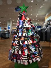 Sockenbaum - fehlen noch die Krawatten (Sockenhummel) Tags: socken socks weihnachten weihnachtsbaum geschäft laden verkauf werbung christmas stockings iphone