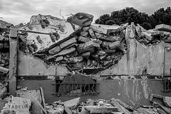 Alès Pres st jean-8616 (YadelAir) Tags: alès immeuble destruction pelleteuse débris démolition rue noiretblanc habitat hlm
