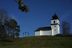 St.-Clara-Kapelle in Heinersgrün (gerhardschorsch) Tags: sony zeiss za ilce7r a7r available availablelight 55mm fe55mm fe55mmf18za kirche kirchturm f18 fe festbrennweite vollformat vogtlandkreis vogtland stclarakapelle heinersgrün bluesky