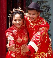 Vietnam - Photo de mariage dans la rue. (Gilles Daligand) Tags: vietnam saigon hochiminhville mariage mariés photo rue costumes rouge