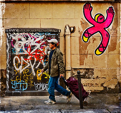 Paris couleurs (Marie Hacene) Tags: paris street streetart passant pochoir art de rue se confondait