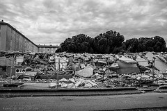 Alès Pres st jean-8789 (YadelAir) Tags: alès immeuble destruction pelleteuse débris démolition rue noiretblanc habitat hlm