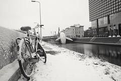 The bike & the whale (RW-V) Tags: canoneos70d canonefs1018mmf4556isstm catharijnesingel utrecht paysbas thenetherlands niederlande nederland zw nb sw bw noiretblanc monochrome neige schnee sneeuw snow whale wal baleine walvis bicyclette bike fiets fahrrad skyscraper studiokca psp sooc 100faves 150faves 175faves 200faves 225faves 250faves 275faves 300faves 325faves 350faves 375faves 400faves 2500views 425faves 450faves 475faves 500faves 525faves 550faves 5000views 575faves 6000views 600faves 625faves 650faves 7500views 675faves 700faves 9000views