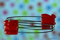 SAFETY PINS || VEILIGHEIDSPELDEN (Anne-Miek Bibbe) Tags: safety veiligheid safetypin veiligheidsspeld macro macromondays canoneos700d canoneosrebelt5idslr annemiekbibbe bibbe nederland 2018 spiegel mirror reflection