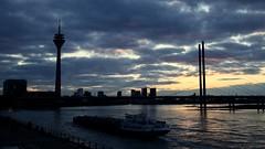 Düsseldorf - Rheinufer - Sunset mit Rheinkniebrücke und Rheinturm (MLe Dortmund) Tags: düsseldorf rheinkniebrücke rheinturm rhein river rhine sunset sonnenuntergang schiff spiegelung