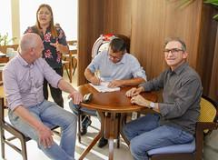 Prefeito Renato Teixeira assina a renovação do Projeto Verena
