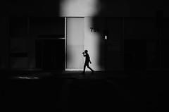 Siluetas En La Ciudad (natan_salinas) Tags: valparaíso valpo streetphotography fotografíaurbana fotografíacallejera bw blackwhite blanconegro bn blancoynegro blackandwhite monocromático monochrome nikon gente d5100 urbe urban city ciudad portrait retrato urbano noiretblanc pasajeros passengers street calle 50mm people luz light shadow sombras contraluz chile