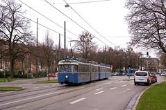 Bereits auf der Betriebsstrecke in der Parzivalstraße: P-Zug 2006/3004 hat soeben den Kölner Platz verlassen (Frederik Buchleitner) Tags: 2006 3004 ausrückfahrt linie23 munich münchen pwagen strasenbahn streetcar tram trambahn