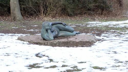 2001 Berlin Mädchen auf der Seite liegend von Senta Baldamus Bronze Tierpark Friedrichsfelde Am Tierpark 39 in 10319 in Lichtenberg