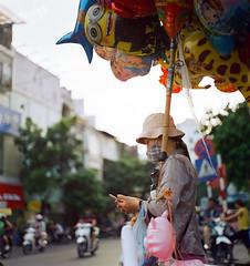 Cô bán bóng. (Hanoi L i f e A r t) Tags: tuanducpham hanoi hanoilifeart vietnam people asian culture filmphoto analogphoto mediumformat streetlife 120mm 6x6 bronicas2 kodakvision350d