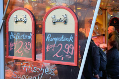 1907 Fleischstand einer Schlachterrei auf dem Wochenmarkt im Hamburger Stadtteil Farmsen-Berne, Berner Heerweg. (christoph_bellin) Tags: fleischstand schlachterrei hansestadt hamburg stadtteile hamburgs hamburger bezirke hamburgfoto hamburgfotograf hamburgfotografie stadtfotograf stadtfotografie bilder sehenswürdigkeiten foto impressionen stadtportrait wochenmarkt farmsen berne marktstände marktstand