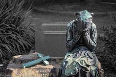 Versunken in Trauer --- (der Sekretär) Tags: dame frau friedhof grab grabmal grabstein gräber hinterbliebene italien italy kreuz mailand metall milano stein witwe cemetery cross dead death gestorben grave gravestone graveyard lady metal sterben stone tombstone tot widow woman