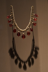 Diamond and Pearl Necklace (ivoräber) Tags: diamond pearl necklace qatar mia doha museum sony voigtlander voigtländer