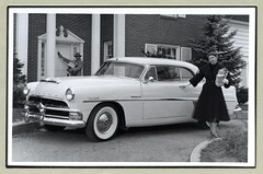 "1954 Hudson Hornet Hollywood Coupe (Vintage Cars & People) Tags: vintage classic black white ""blackwhite"" sw photo foto photography christmas weihnachten noël kerstdagen kerstmis navidad natal fashion coat handbag gloves pipe hat couple car automobile 1950s fiftes hudson hornet hollywoodcoupe 1954hudson photographic christmascard"