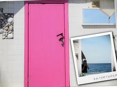 4 mounths ago (VauGio) Tags: ospedaletti liguria mare sea mirror specchio fine agosto fineagosto olumpus em10 1442 selfie autoscatto porta door pink rosa