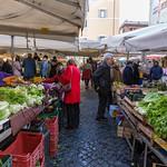 Menschen stöbern durch die Stände eines Marktes in Rom thumbnail