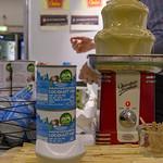 Gesüßte vegane Bio Kokosnuss-Kondensmilch aus der Dose wird in einem Schokoladenbrunnen präsentiert thumbnail