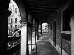 archaic arcade (paddy_bb) Tags: olympusomd paddybb 2018 mft microfourthirds italy architecture architektur italia seascape italien venice venezia veneto venedig cityscape silhuette gondoliere gondola skyline wwwpatblogde schwarzweis bw kontrast