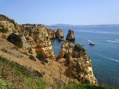 Sublime ! (Sur mon chemin, j'ai rencontré...) Tags: pointedelapitié pointedelamiséricorde lagos algarve portugal océan mer bleu océanatlantique falaises rochers ocre mirador miradordepontadapiedade grès turquoise cap capdepontadapiedade bateaux