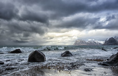 Ruskevær (steinliland) Tags: gail wind beach sea sand seaweeds lofoten waves mountains