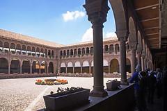 18 3035 - Pérou, Cusco, Koricancha et Couvent Saint Dominique (Jean-Pierre Ossorio) Tags: pérou cuzco koricancha couventsaintdominique couvent cloitre arcade arche arcades