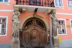 Puerta en Sibiu (Rumanía, 19-8-2018) (Juanje Orío) Tags: 2018 sibiu transilvania rumanía românia europeanunion europe europa unióneuropea escultura sculpture puerta cariátide