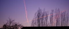 Kondensstreifen am Abendhimmel (p.schmal) Tags: olympuspenepm2 hamburg abendhimmel kondensstreifen