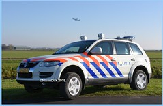 Dutch Police Touareg and 747. (NikonDirk) Tags: touareg vw schiphol politie police nikondirk eham dutch amsterdam nederland netherlands klm 747 phbfg holland nikon cop cops hulpverlening gepantserd vrt foto 00ltv9 00kgr9 ministry interior kingdom relations binnenlandse zaken koninkrijksrelaties 97znnj 73kgr8 99xttp 33kgr8