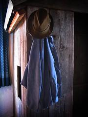 Einfach mal abhängen (Maquarius) Tags: hut arbeitsjacke blau braun balken museum kirchenburg mönchsondheim mainfranken unterfranken franken bauernhaus historisch