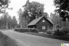 tm_6392 - 1948 (Tidaholms Museum) Tags: svartvit positiv bostadshus stuga grusväg 1948 1940talet cottage road