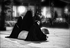 Trois femmes... / Three women... (vedebe) Tags: human humain people femme rue street ville city urbain urban noiretblanc netb nb bw monochrome nuit