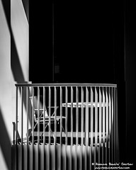 Chair Waiting (Roxanne Bouche' Overton) Tags: sf2018 stairs roxanneoverton roxanneboucheoverton bw monochrome shadesofgray urban urbanfragments lookingup dailyphoto up upthere igsanfrancisco artofvisuals agameoftones goodlightphotographypage california visitcalifornia sanfrancisco sf sfguide 49miles ihavethisthingwithshadows