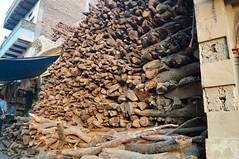 2018-10-23 0245 Indien, Varanasi, Innenstadt, Manikarnika Ghat, Brennholz (Joachim_Hofmann) Tags: indien varanasi ganges ghat manikarnikaghat brennholz feuerbestattung hinduismus