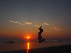 Egin salto! #iluntzea #atardecer #cadiz  #verano #summer #uda #salta #jump #beach #summervibes #sur #sunset #olympus #olympuspen #conil #elpalmar (garazimaturana) Tags: atardecer olympus salta olympuspen summer summervibes sur uda iluntzea cadiz beach sunset verano jump playa ondartza sol sun eguzkia
