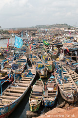 The boats (10b travelling / Carsten ten Brink) Tags: 10btravelling 2017 africa african afrika afrique carstentenbrink elmina genericplaces ghana ghanaian goldcoast gulfofguinea iptcbasic oldtown otherkeywords places westafrica boats coast fishmarket harbour market shore tenbrink