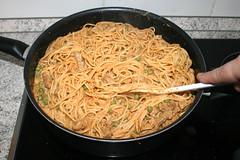 10 - Nudeln & Sauce gründlich vermengen / Mix spaghetti & sauce (JaBB) Tags: spaghetti noodles nudeln gyros erbsen peas casserole auflauf food lunch dinner essen nahrung nahrungsmittel mittagessen abendessen kochen cooking