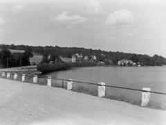 tm_6518 - 1932 (Tidaholms Museum) Tags: svartvit positiv landsväg grusväg sjö lake road building 1930talet 1932