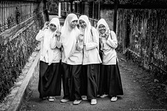 schoolgirls (Jan Jungerius) Tags: indonesia indonesien indonesië bogor schoolgirls girls mädchen meisjes portrait porträt portret schwarzweis zwartwit blackwhite blackandwhite noiretblanc nikond7000 bestportraitsaoi