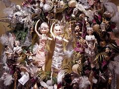 Festlicher Kranz - Detail (onnola) Tags: berlin deutschland germany schöneberg kadewe kaufhausdeswestens kaufhaus departmentstore dekoration decoration shop weihnachten christmas baumschmuck glasschmuck glasfigur glas glass ornament figur puppe doll mädchen frau girl woman tänzerin dancer ballerina weis silber gold rose altrosa rosa white silver 1920 twenties zwanzigerjahre fest party