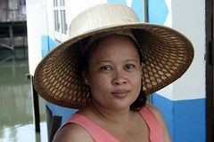 lady in a classic palm leaf hat (the foreign photographer - ฝรั่งถ่) Tags: lady palm leaf hat khlong thanon portraits bangkhen bangkok thailand canon