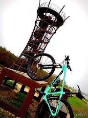 ___ composizione! (erman_53fotoclik) Tags: torre bicicletta mtb sport tavolo natura costruzione samsung j530f bianchi scala ruote avvistamento