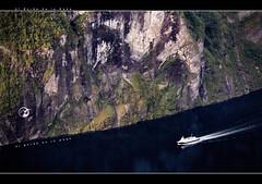 Al Borde de la Nada (A Contra Viento) Tags: noruega mar oceano nubes claro azul olas fin contra viento luz sea ocean beach sand bay fiordo de geiranger barco oscuro estela pared roca vertical