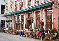 Spot Santa (@WineAlchemy1) Tags: bruges brugge belgium street markt brasserie café lepanierdor flanders vlaanderen santaclaus christmas yule christmasdecorations thegoldenbasket winter fatherchristmas