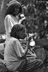 20180926 Etiopía-Konso (63) R01 BN (Nikobo3) Tags: áfrica etiopía konso culturas social people gentes portraits retratos travel viajes nikon nikond800 d800 nikon7020028vrii nikobo joségarcíacobo bn bw sit sitting seated